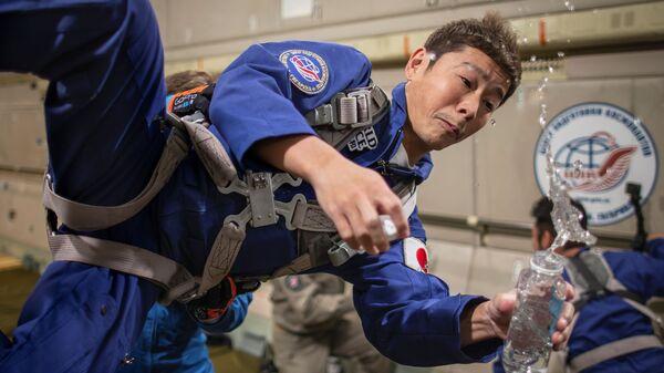 Японский предприниматель Юсаку Маесава во время тренировки в рамках подготовки к полету к МКС  - Sputnik Česká republika