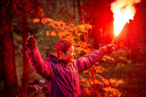 Japonský podnikatel absolvuje vycvik nouzového signálu během kurzu přežití v lese. - Sputnik Česká republika