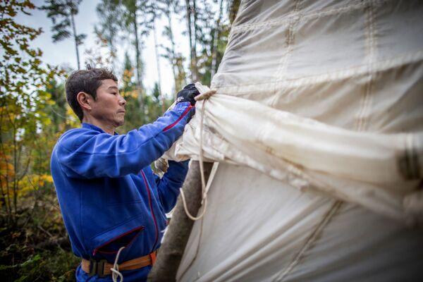 Júsaku Maezawa absolvuje výcvikový kurz přežití v lese před expedicí na Mezinárodní vesmírnou stanici. - Sputnik Česká republika