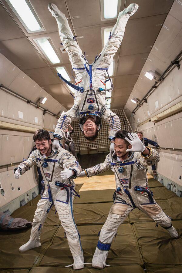 Budoucí účastnici kosmického letu zažívají stav bez tíže.  - Sputnik Česká republika