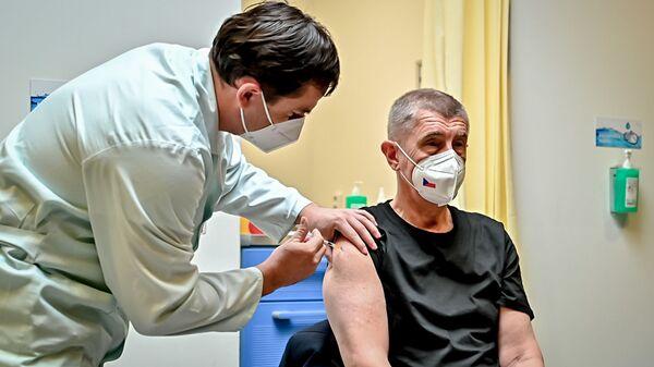 Премьер-министр Чехии Андрей Бабиш привился третьей дозой вакцины от коронавируса - Sputnik Česká republika
