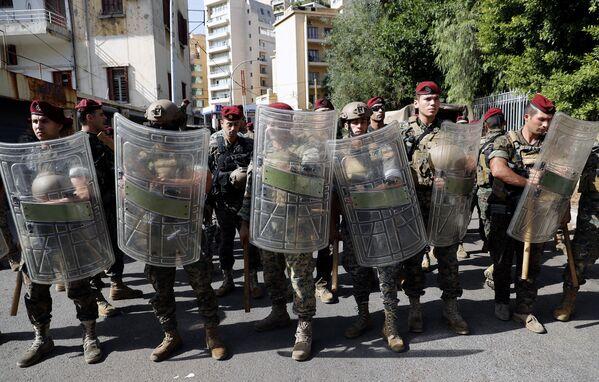 Libanonská armáda hlídkuje poblíž justičního paláce v okamžiku, kdy stoupenci šíitských skupin Hizballáh a Amal protestují proti soudci Tárikovi Bitárovi, který vyšetřuje loňský smrtící výbuch v přístavu v Bejrútu. - Sputnik Česká republika