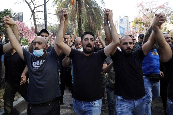 Stoupenci šíitských skupin Hizballáh a Amal skandují hesla proti soudci Tárikovi Bitarovi. - Sputnik Česká republika
