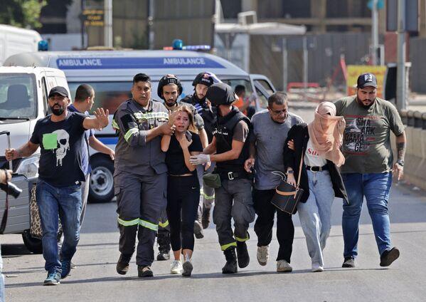 Libanonští zdravotníci pomáhají evakuovat civilisty během ozbrojených střetů. - Sputnik Česká republika