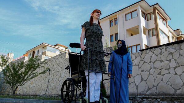 Самая высокая женщина в мире Румейса Гельги позирует со своей матерью Сафие Гельги во время пресс-конференции, Турция - Sputnik Česká republika