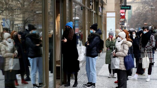 Zákazníci před obchodem v Praze v České republice - Sputnik Česká republika
