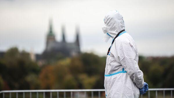Muž v ochranném obleku v Praze - Sputnik Česká republika