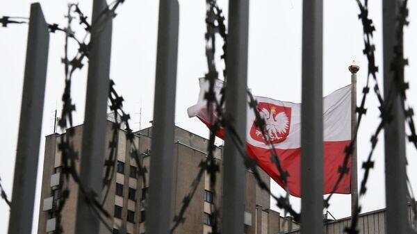 Polská vlajka na území polského velvyslanectví v Moskvě - Sputnik Česká republika