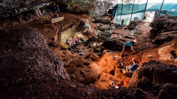 Полевые работы внутри пещеры Романелли - Sputnik Česká republika