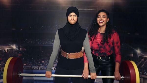 Чемпионка ОАЭ по тяжелой атлетике Амна Аль Хаддад со своей восковой фигурой в музее мадам Тюссо в Дубае, ОАЭ - Sputnik Česká republika