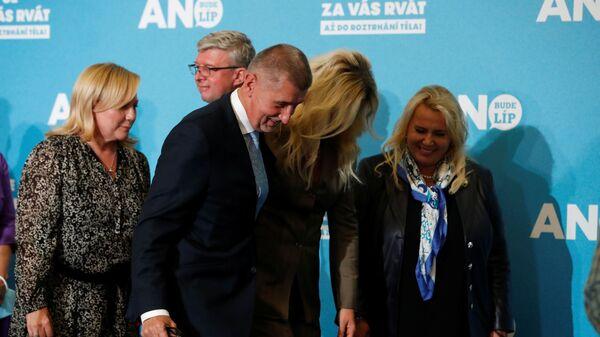 Šéf strany ANO Andrej Babiš s manželkou po tiskové konferenci v sídle stranické kampaně v Praze v České republice - Sputnik Česká republika