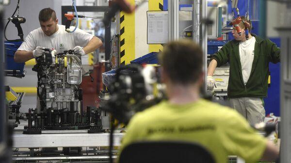 Работники на конвейере чешского автопроизводителя Skoda Auto в Млада-Болеславе, Чехия, 2019 год - Sputnik Česká republika