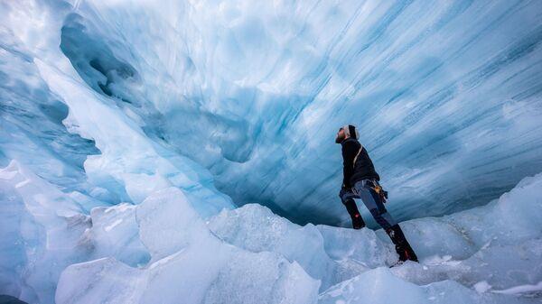 Гляциолог из Австрийской академии наук исследует разрушающийся ледник Ямтальфернер в Австрии - Sputnik Česká republika