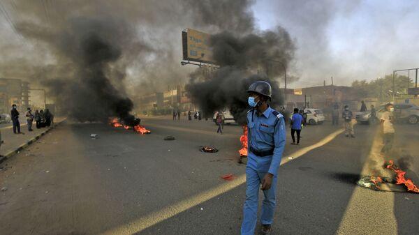 Полицейский во время протестов в Хартуме, Судан  - Sputnik Česká republika