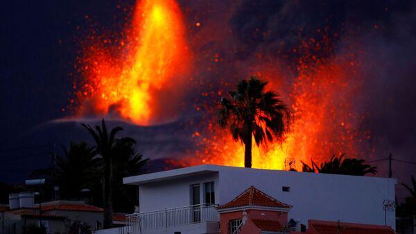 Вулкан Кумбре-Вьеха продолжает извергаться на канарском острове Ла-Пальма - Sputnik Česká republika