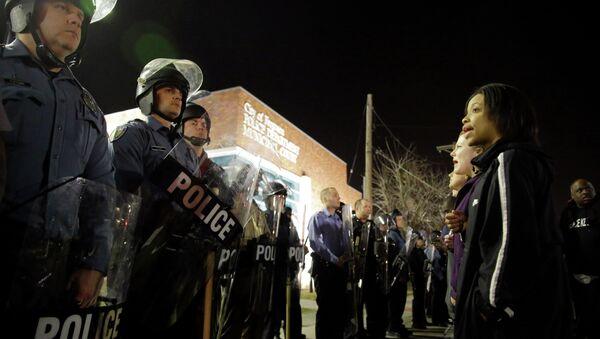 Příslušníci policie a protestující v americkém městě Fergusonu - Sputnik Česká republika