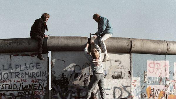 Obyvatelé NDR boří Berlínskou zeď - Sputnik Česká republika