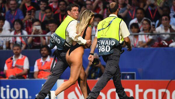 Dívka, která vběhla na hřiště během finále Ligy mistrů mezi Liverpoolem a Tottenhamem - Sputnik Česká republika