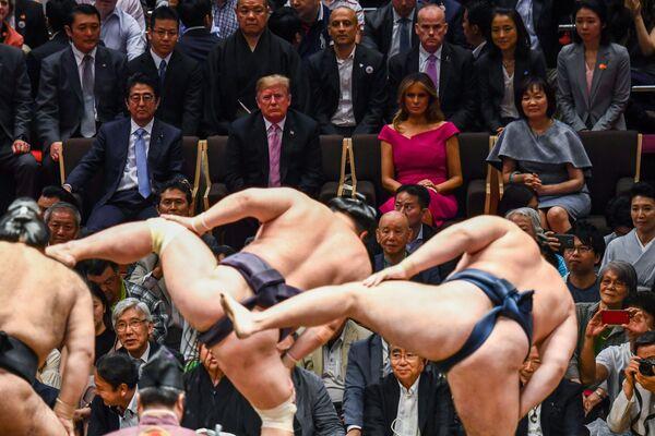 Americký prezident Donald Trump a první dáma Melania Trumpová spolu s japonským premiérem Šinzó Abem a jeho chotí Akieou Abeovou na zápase sumo v Tokiu (dne 26. května 2019). - Sputnik Česká republika