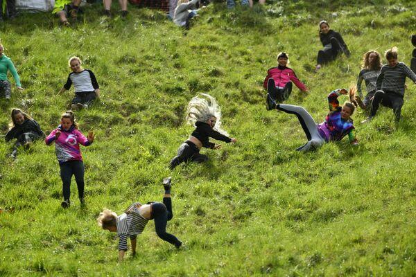 Tradiční honba za sýrem na svazích kopce Cooper's Hill v jihozápadní Anglii (dne 27. května 2019). - Sputnik Česká republika
