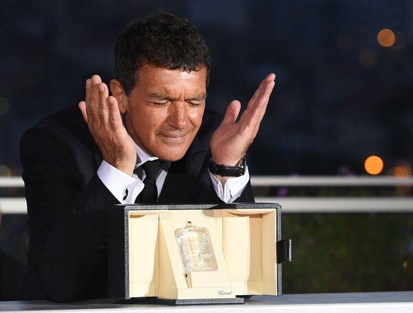 Americký herec Antonio Banderas při focení během 72. filmového festivalu v Cannes. Banderas získal ocenění v nominaci nejlepší herec za svou roli ve filmu Bolest a sláva. - Sputnik Česká republika