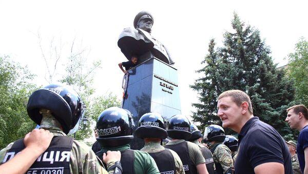 Nacionalisté strhli památník maršálu Žukovu v Charkově - Sputnik Česká republika