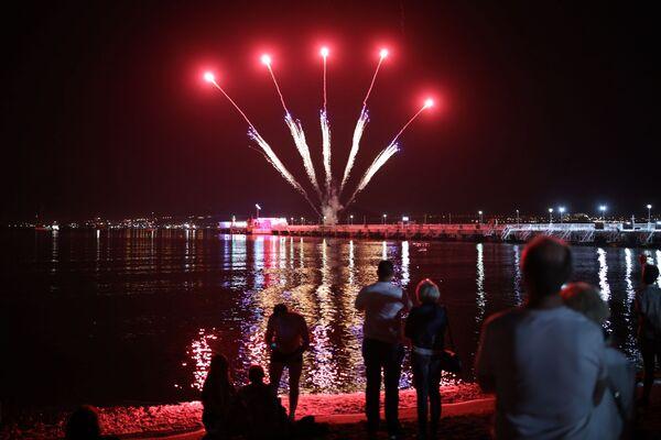 Slavnostní ohňostroj při příležitosti zahájení karnevalu v ruském městě Gelendžik. - Sputnik Česká republika