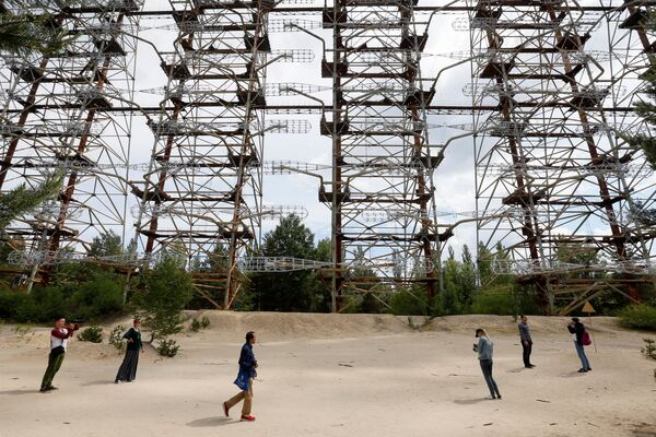 Turisté si prohlížejí opuštěný radarový systému Duga, který varoval před letem balistických raket. - Sputnik Česká republika