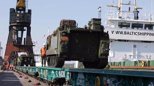 Vojenská technika NATO sjíždí z transportní lodě na rozsáhlé cvičení NATO v Polsku (VIDEO)  - Sputnik Česká republika