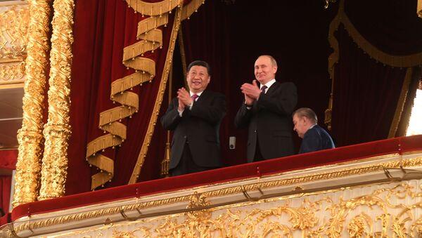 Vladimir Putin a Si Ťin-pching na slavnostním večeru při příležitosti 70. výročí navázání diplomatických vztahů mezi Ruskem a Čínskou lidovou republikou v lóži ve Státním akademickém Velkém divadle - Sputnik Česká republika