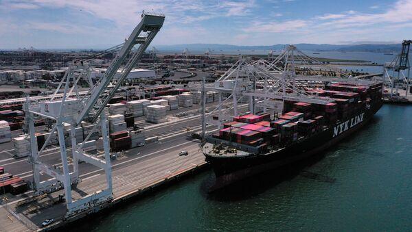Čínská loď v americkém přístavu Oakland - Sputnik Česká republika