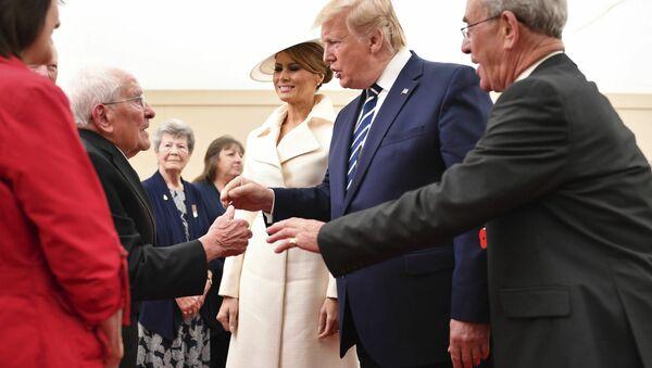 Americký prezident Donald Trump a první dáma Melania Trumpová během setkání s veterány na 75. výročí přistání spojenců v Normandii - Sputnik Česká republika
