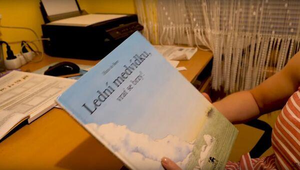 Milý přízvuk. Podívejte se, jak Američanka čte pohádku v češtině - Sputnik Česká republika