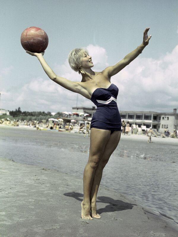 Dívka na pláži v přímořském městě Pärnu, Estonská SSR, 1961 - Sputnik Česká republika