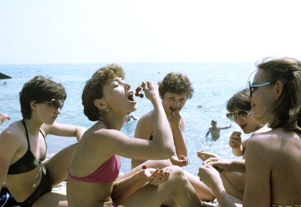 Členové krasobruslařského mládežnického národního týmu SSSR odpočívají na pláži v Aluště, Sportovní tábor sdružení Spartak, 1983 - Sputnik Česká republika
