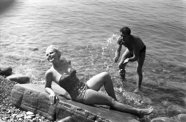 Turisté na pláži lázeňského města Soči, 1966 - Sputnik Česká republika