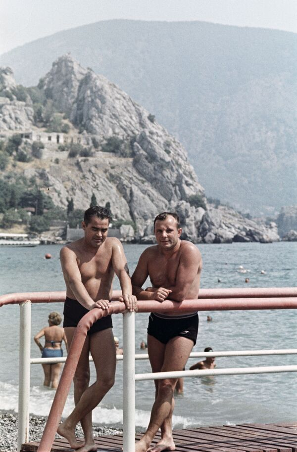 Sovětští piloti kosmonauti Andrijan Nikolajev a Jurij Gagarin na dovolené na Krymu, 1967 - Sputnik Česká republika