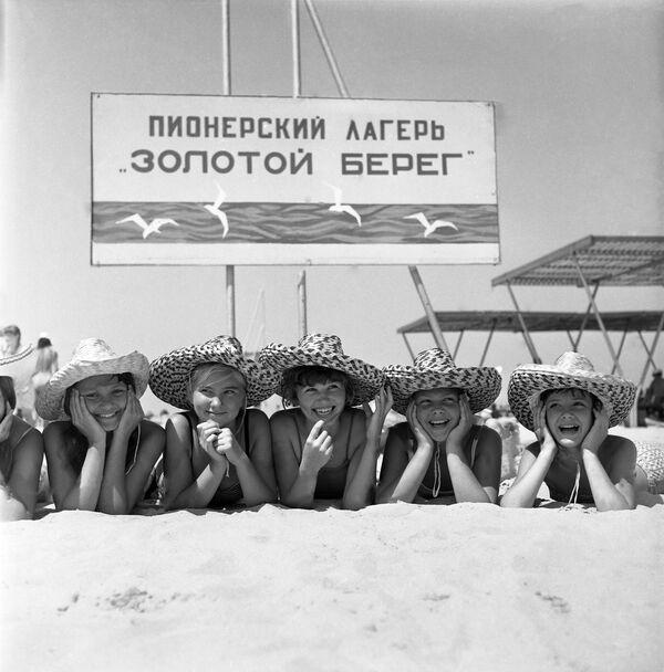 Na pláži dětského tábora Zlatý břeh v Anapě, 1971 - Sputnik Česká republika
