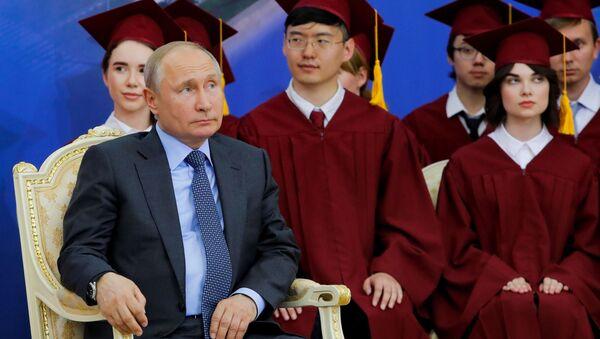 Ruský prezident Vladimir Puitn během udělení akademického titulu Petrohradské státní univerzity vůdci ČLR Ťin-pchingovi - Sputnik Česká republika