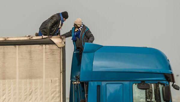 Migranti vystupují z kamionu - Sputnik Česká republika