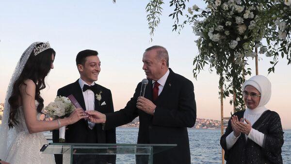 Turecký prezident Recep Tayyip Erdogan se zúčastnil svatby fotbalisty Mesuta Ozila - Sputnik Česká republika