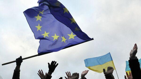 Students wave flags of the European Union and Ukraine - Sputnik Česká republika