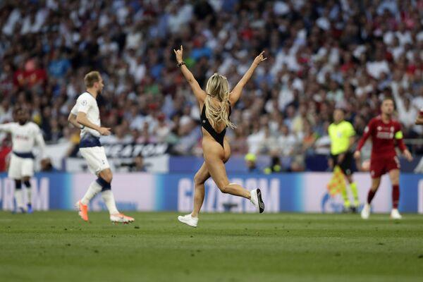 Modelka Kinsey Wolanski, která během finálového fotbalového zápasu Ligy mistrů mezi Tottenhamem a Liverpoolem vběhla na hřiště, stadion Vanda Metropolitanano v Madridu. - Sputnik Česká republika