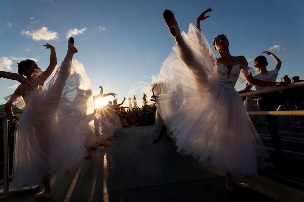 Účastníci baletní lekce pod otevřeným nebem během festivalu Světového baletu v Moskvě. - Sputnik Česká republika