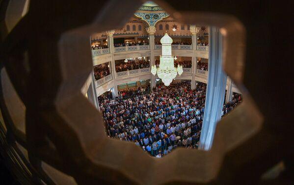 Muslimové během modlitby v den svátku Eid al-Fitr v katedrále mešity v Moskvě. - Sputnik Česká republika