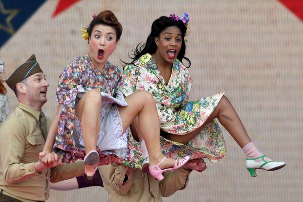 Účastníci divadelního představení během oslav 75. výročí přistání spojenců v Normandii ve městě Portsmouth, Velká Británie. - Sputnik Česká republika