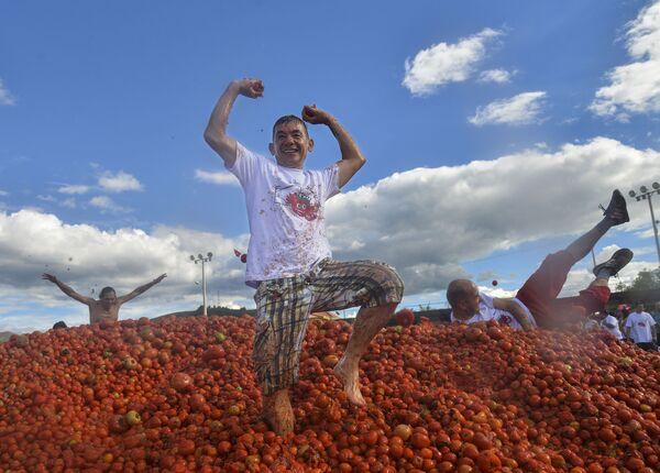 Účastníci každoročního svátku Tomatina v kolumbijském městě Sutamarchan. - Sputnik Česká republika