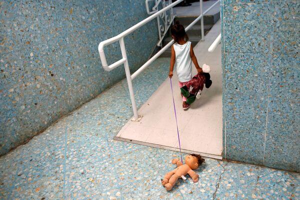 Dívka ze Střední Ameriky v katolickém útulku, který poskytuje dočasné ubytování uprchlíkům ze Střední Ameriky v Laredu v Texasu. - Sputnik Česká republika