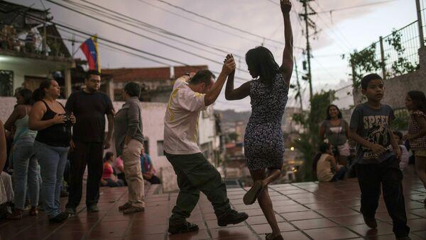 Lidé tančí na náměstí v Caracasu - Sputnik Česká republika