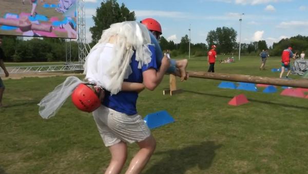 Legrační soutěž v rychlém přenášení manželek přes překážky, za kterou si vítězové odnesou hotovost (VIDEO)   - Sputnik Česká republika